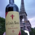 Drinking wine (and rained on, =P) with Melissa under the under Eiffel Tower!